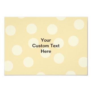 """Modelo del punto y texto marrones claros, beige invitación 3.5"""" x 5"""""""