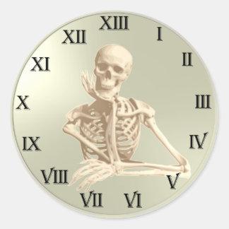 Modelo del reloj del cráneo de 13 horas pegatina redonda