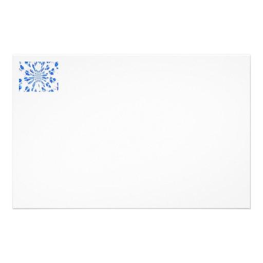 Modelo del remolino de pequeñas flores azules y bl papelería de diseño
