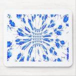 Modelo del remolino de pequeñas flores azules y bl alfombrillas de raton