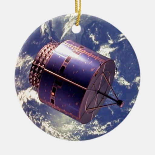 Modelo del satélite en espacio adorno de reyes