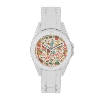 Modelo del verano con helado reloj