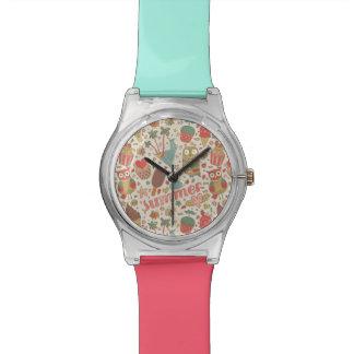 Modelo del verano con helado relojes de pulsera