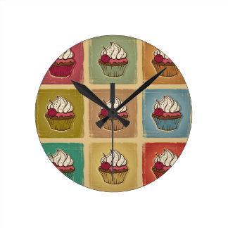 Modelo del vintage hecho de magdalenas reloj redondo mediano