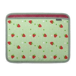 Modelo delicado de la fresa en fondo verde funda  MacBook