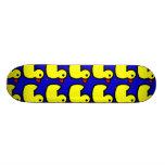 Modelo Ducky de goma amarillo brillante lindo en a Monopatín