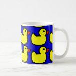 Modelo Ducky de goma amarillo brillante lindo en a Taza De Café
