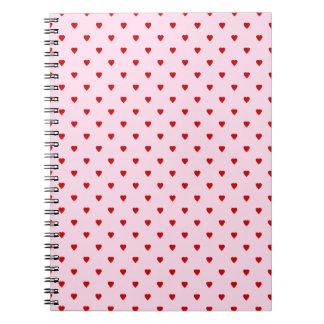 Modelo dulce de corazones rojos en rosa libreta