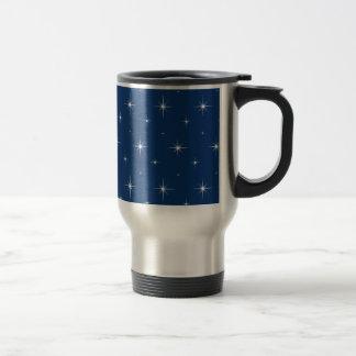 Modelo elegante de las estrellas azules y taza de viaje