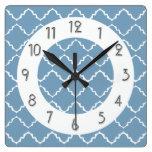 Modelo elegante de Quatrefoil - Lt Blue White Relojes De Pared