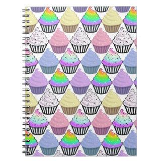Modelo en colores pastel colorido de las rayas de libros de apuntes con espiral