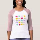 Modelo en colores pastel colorido de los corazones t shirts