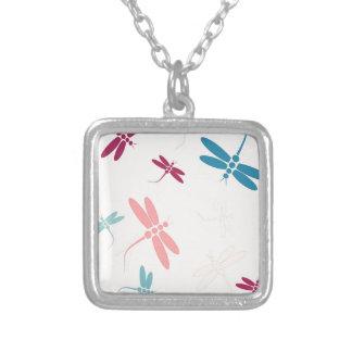 Modelo en colores pastel de las libélulas colgante cuadrado