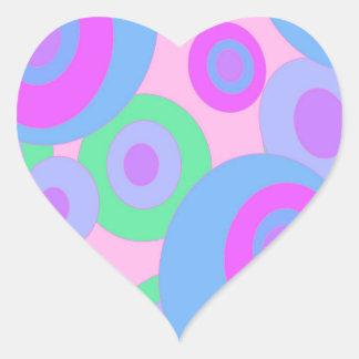 Modelo en colores pastel pegatina en forma de corazón