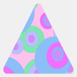 Modelo en colores pastel pegatina triangular
