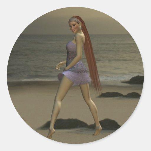 Modelo en la playa etiqueta redonda