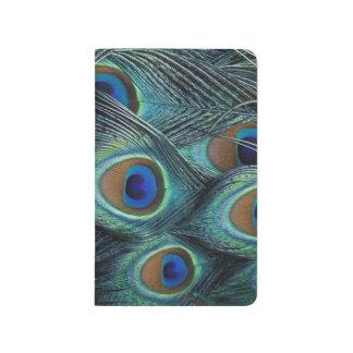 Modelo en las plumas masculinas del pavo real cuaderno grapado