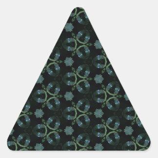 Modelo enrrollado del trullo verde masculino pegatina triangular
