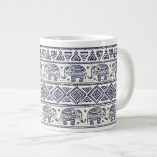 Modelo étnico azul del elefante taza grande