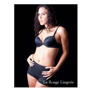 Modelo femenino atractivo con la postal negra de