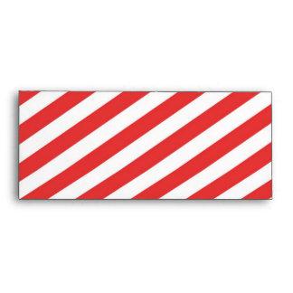 Modelo femenino blanco rojo de las rayas del sobre