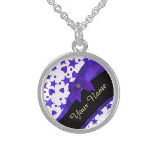 Modelo femenino bonito azul marino personalizado collar de plata esterlina