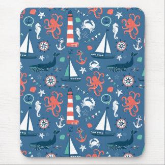 Modelo femenino del marinero retro náutico con las mouse pad