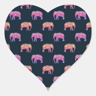 Modelo femenino lindo de los elefantes florales pegatina en forma de corazón