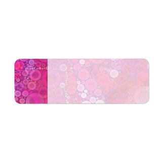 Modelo femenino rosado púrpura enrrollado de los etiqueta de remite