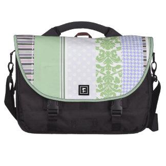 Modelo femenino verde y púrpura de la raya bolsas para portatil