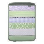 Modelo femenino verde y púrpura de la raya funda  MacBook