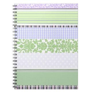 Modelo femenino verde y púrpura de la raya spiral notebook