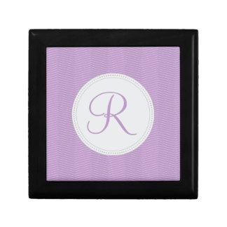 Modelo fino de Chevron del monograma púrpura viole Cajas De Recuerdo