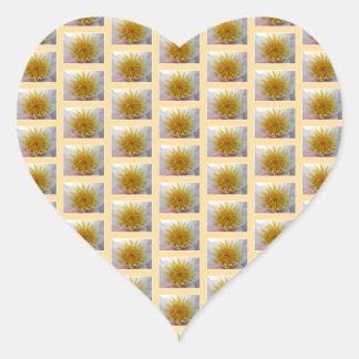 Modelo floral amarillo pegatina en forma de corazón