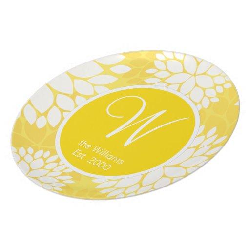 Modelo floral blanco amarillo del monograma plato
