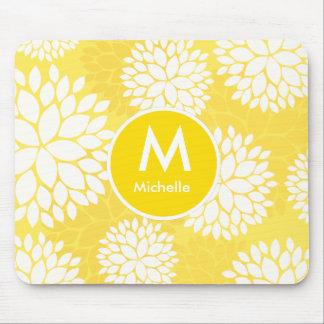 Modelo floral blanco amarillo del monograma alfombrillas de ratón
