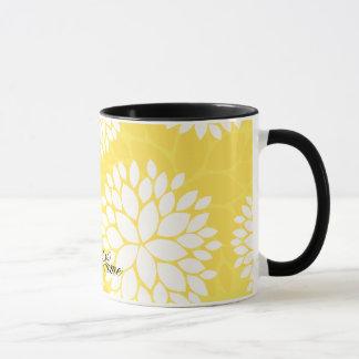Modelo floral blanco amarillo del monograma taza