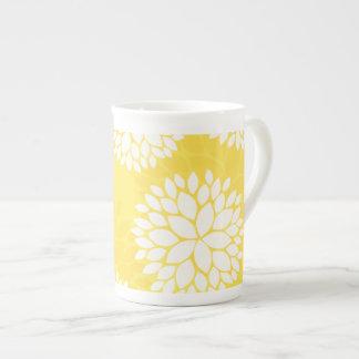 Modelo floral blanco amarillo del monograma taza de porcelana