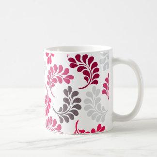 Modelo floral rosado rojo del monograma taza