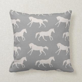 Modelo galopante gris de los caballos almohadas