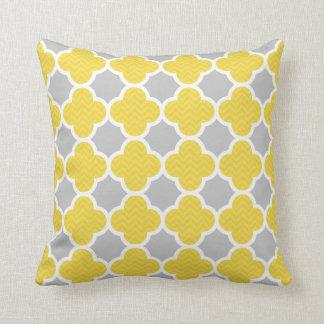 Modelo geométrico amarillo y gris de Quatrefoil Cojin