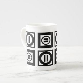 Modelo geométrico blanco y negro del signo de taza de porcelana