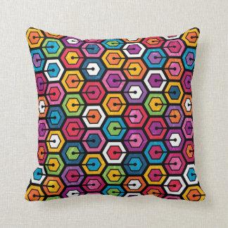 Modelo geométrico colorido con hexágonos cojín