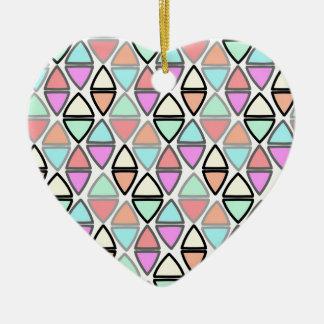 Modelo geométrico colorido del triángulo de la adorno navideño de cerámica en forma de corazón