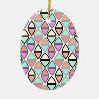 Modelo geométrico colorido del triángulo de la adorno navideño ovalado de cerámica