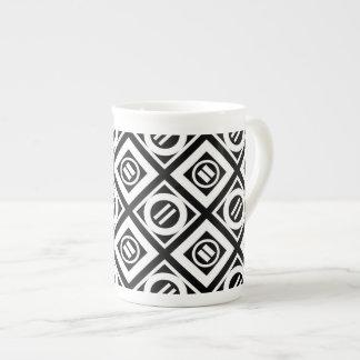 Modelo geométrico del signo de igualdad del blanco taza de porcelana