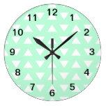 Modelo geométrico del verde menta y blanco reloj de pared