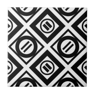 Modelo geométrico negro del signo de igualdad en azulejo cuadrado pequeño