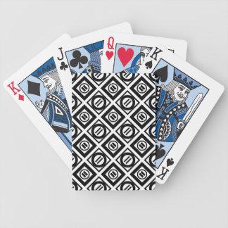 Modelo geométrico negro del signo de igualdad en baraja cartas de poker