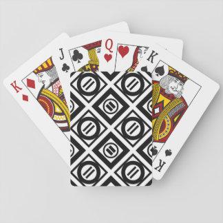 Modelo geométrico negro del signo de igualdad en baraja de cartas